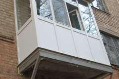 на этом Французском балконе плита основания поддерживается укосинами из профильной трубы