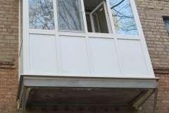 В домах сталинках над балконом очень часто выполняют монтаж крыши, как например на этом Французском балконе