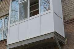 Заполнение конструкции металлопластикового балкона термрпанелью является более тёплым и лёгким и дешёвым вариантом