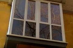 Французский балкон, установленный на расширенное основание опорной плиты
