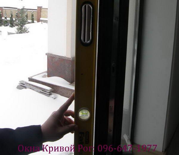 Деформация окна вследствие некачественного армирования и (или) его недостаточному креплению