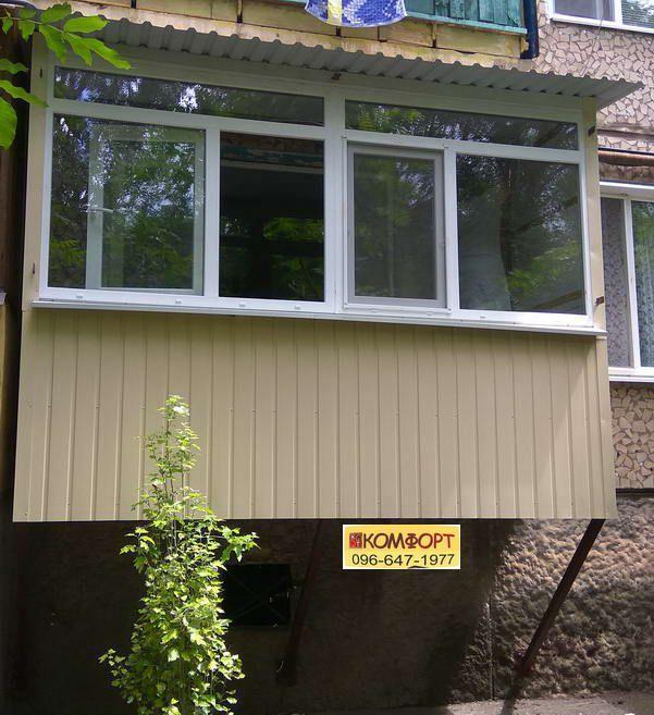 Обшивка балкона профлистом бежевого цвета