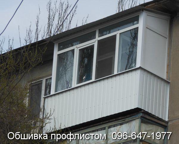 Обшивка балкона белым профлистом