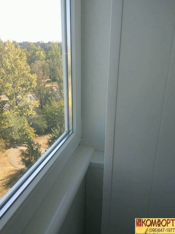 Обшивка балкона белым пластиком в Кривом Роге